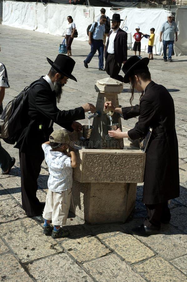 正统犹太人在西部墙壁广场,耶路撒冷,以色列洗手 图库摄影