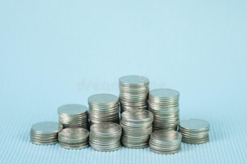 步与存款簿的硬币堆或在木worki的帐薄 库存照片