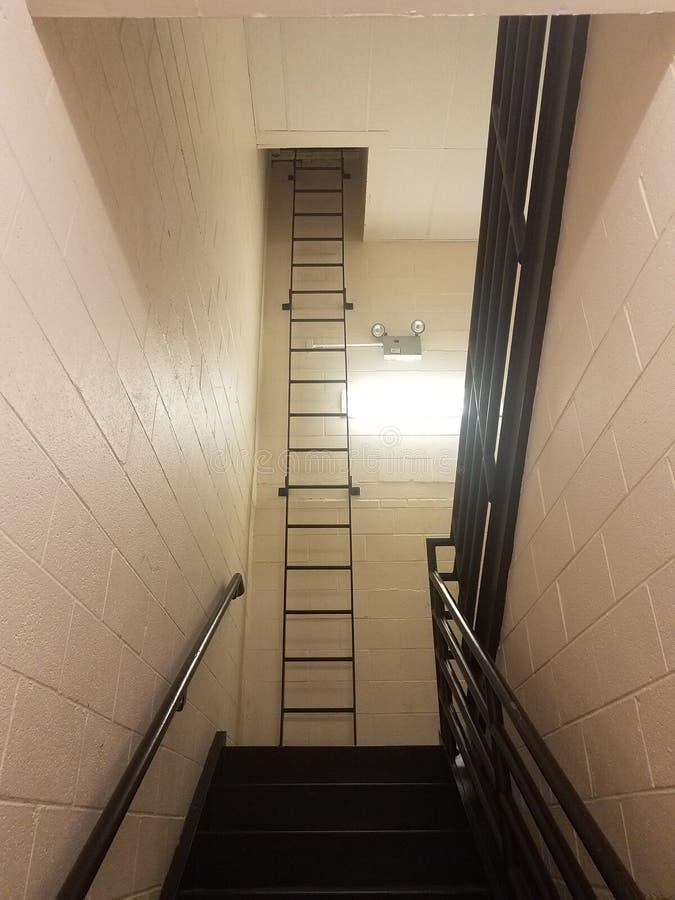 步或台阶有白水泥墙壁和高梯子的 库存照片
