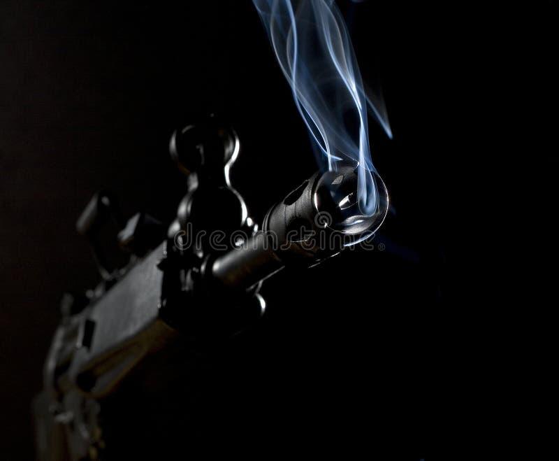 步枪抽烟 库存图片