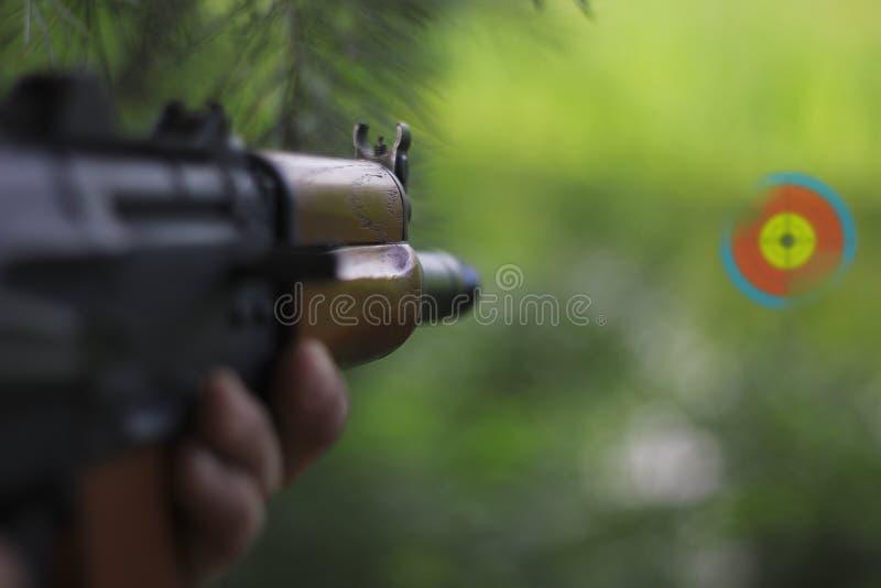 攻击步枪视域红色目标的红色小点范围 免版税库存照片