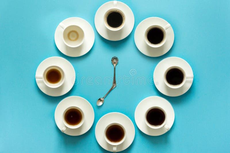 步的顶上的看法在喝一个杯子的新鲜的浓咖啡 咖啡时钟 艺术食物 早晨好概念 库存照片