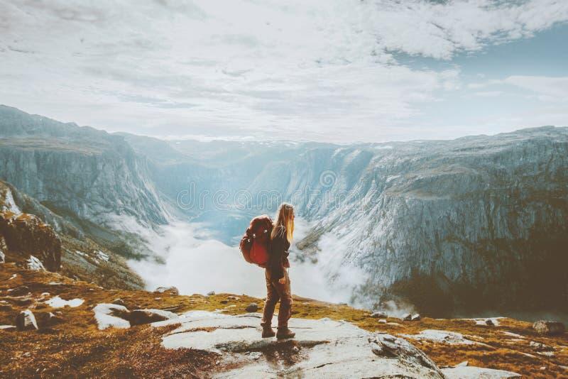 步行与在山的背包的独奏旅行的女孩 免版税库存图片