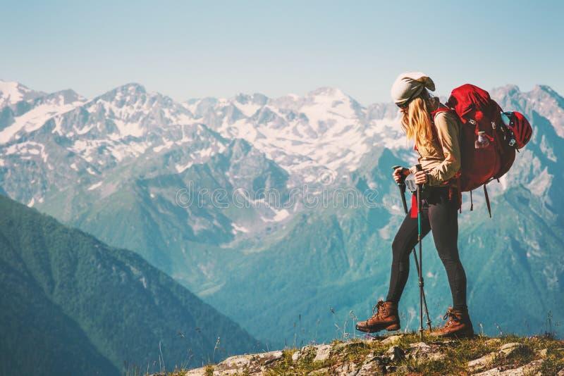 步行与背包的女孩旅客在落矶山脉 免版税库存图片