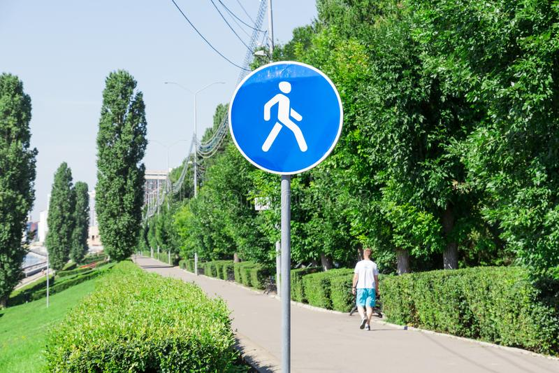 步行区域 角度蓝色路标色彩视图宽 堤防在萨拉托夫,俄罗斯 孤独的步行者简而言之 免版税图库摄影