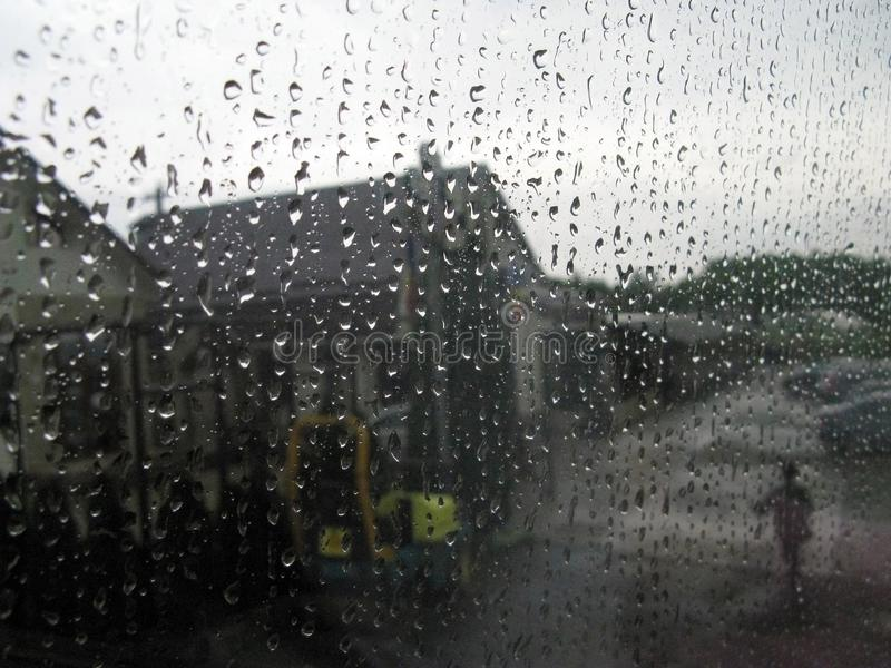 步行在人中雨在路旁咖啡馆附近的 ?? 库存照片