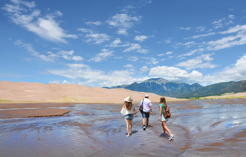 步行在假期旅行的山的家庭 免版税库存照片