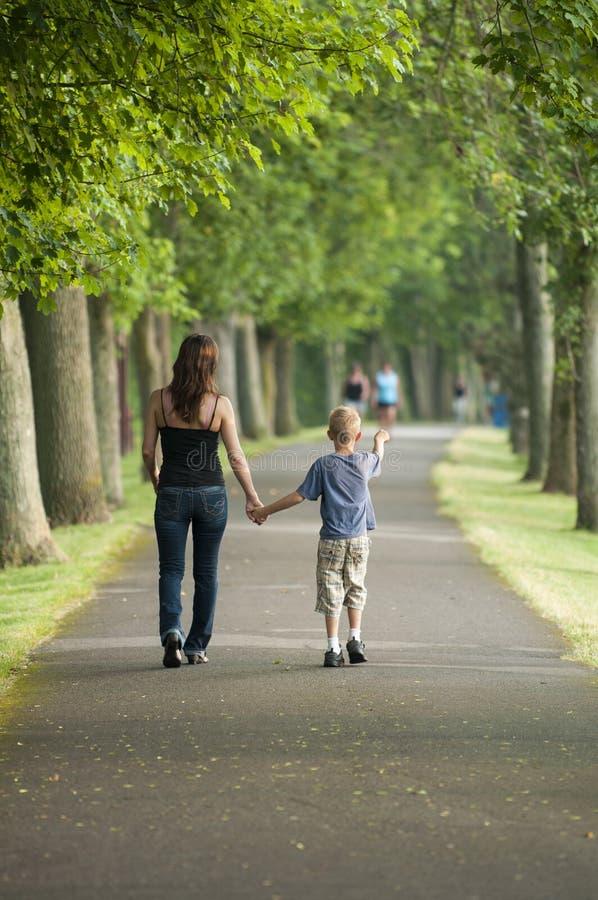 步行在公园 免版税库存图片