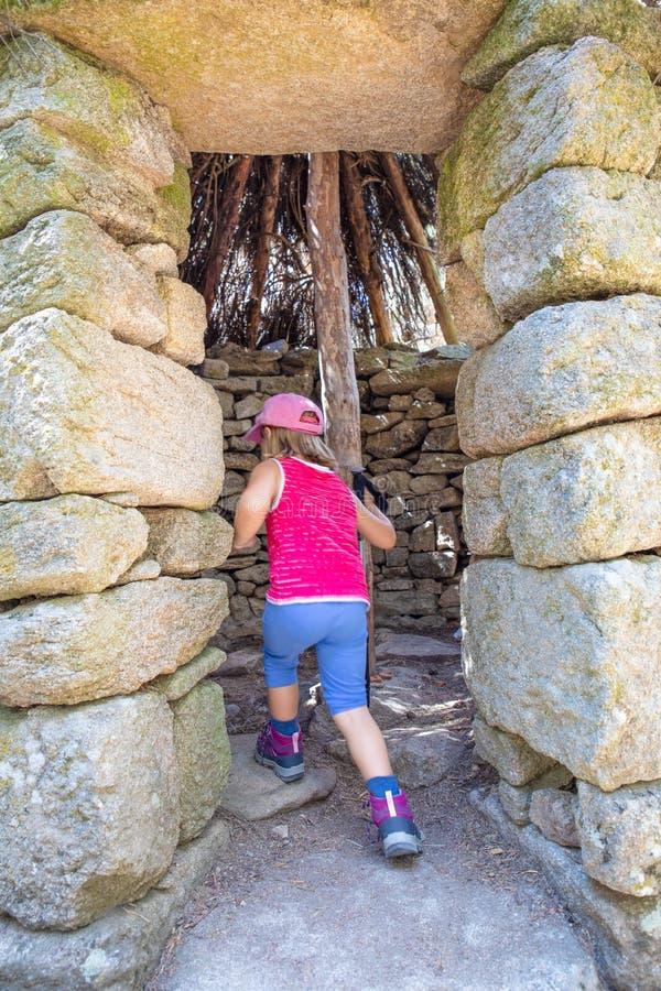 步行在卡嫩西亚山的一个古老石小屋里面的小登山家孩子 库存图片