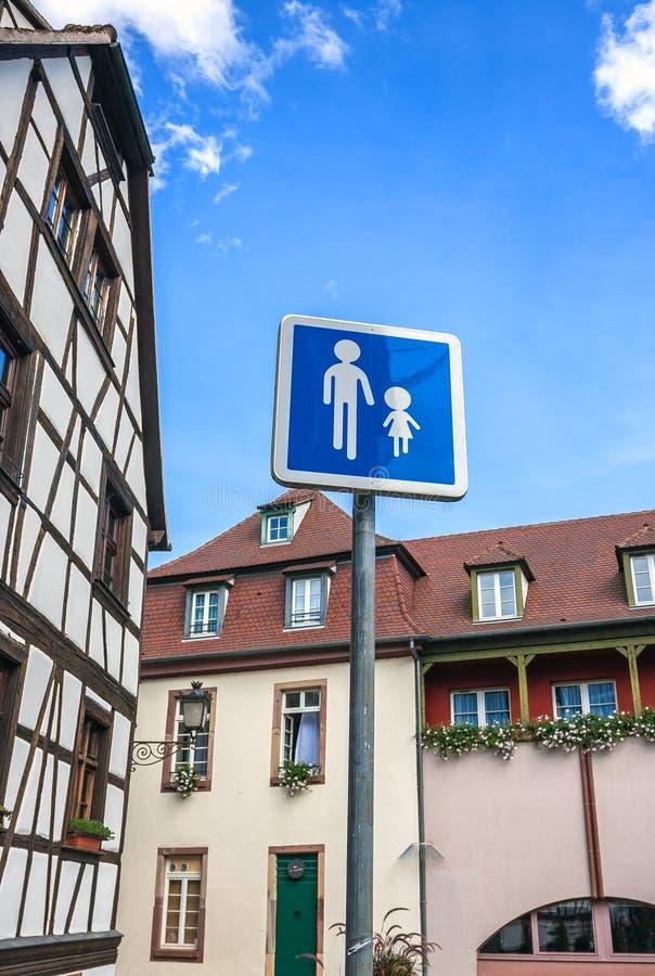 步行在史特拉斯堡路牌小的法国 库存照片