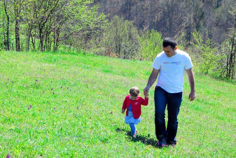 步行在小山的父亲和女儿 图库摄影