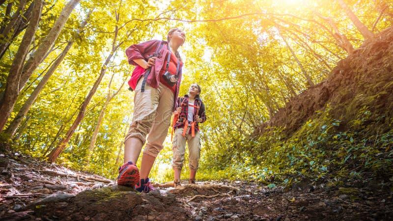 步行在山假日狂放的冒险的亚裔夫妇行家秋天森林公园,帮助,帮助,企业成功和队wor 免版税库存图片