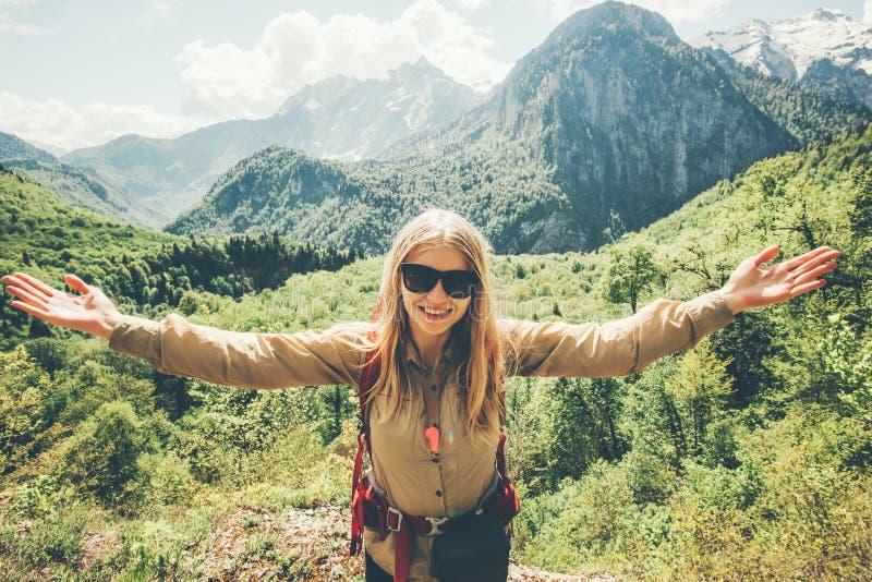 步行在山的少妇旅客 库存图片