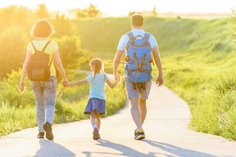步行在山的年轻家庭 免版税图库摄影