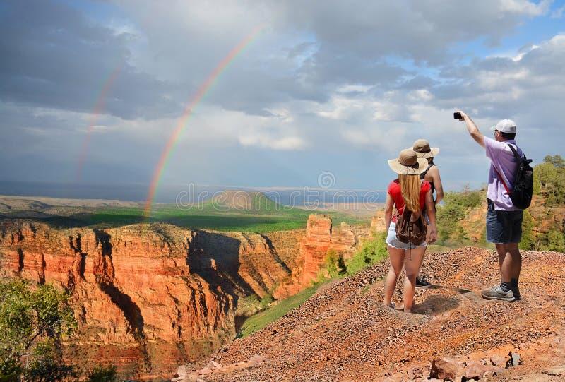 步行在度假在山的人们 免版税库存照片