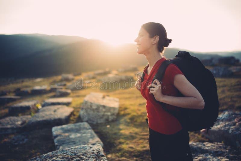 步行在日落的年轻旅客 库存照片