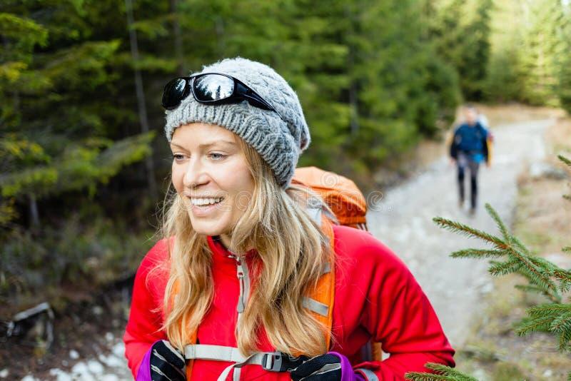 步行在森林里的夫妇远足者 免版税图库摄影