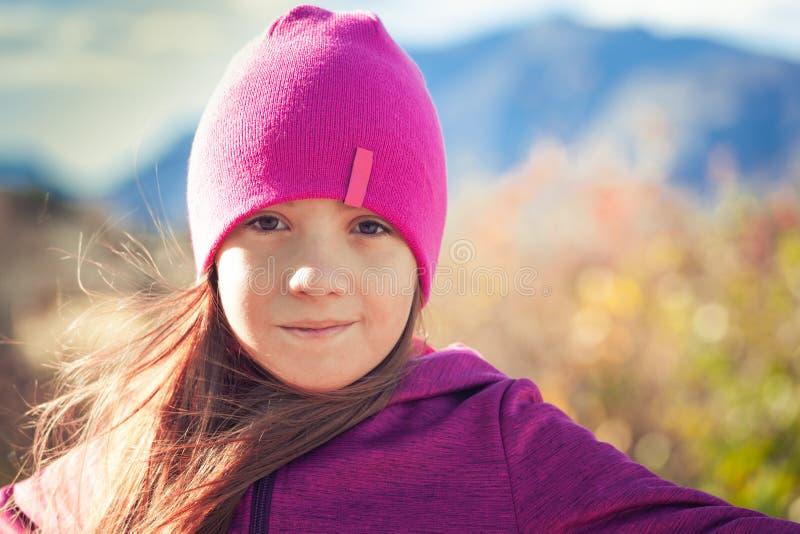 步行在秋季早晨的愉快的孩子 库存照片