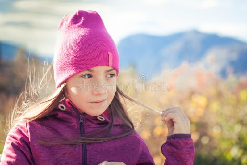 步行在秋季早晨的愉快的孩子 免版税库存照片