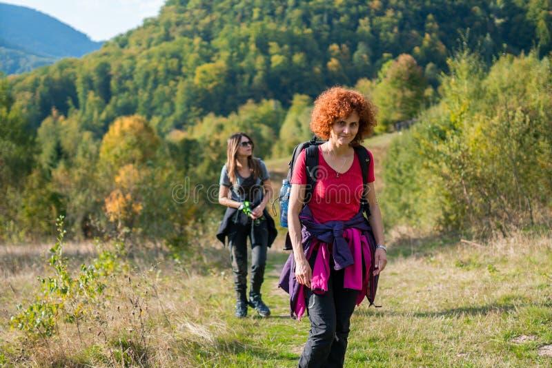 步行在足迹的游人 免版税图库摄影