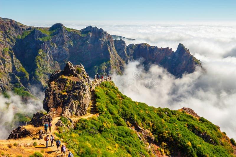步行在Pico的未认出的人民在中央马德拉岛,葡萄牙做Areeiro山顶 免版税库存照片