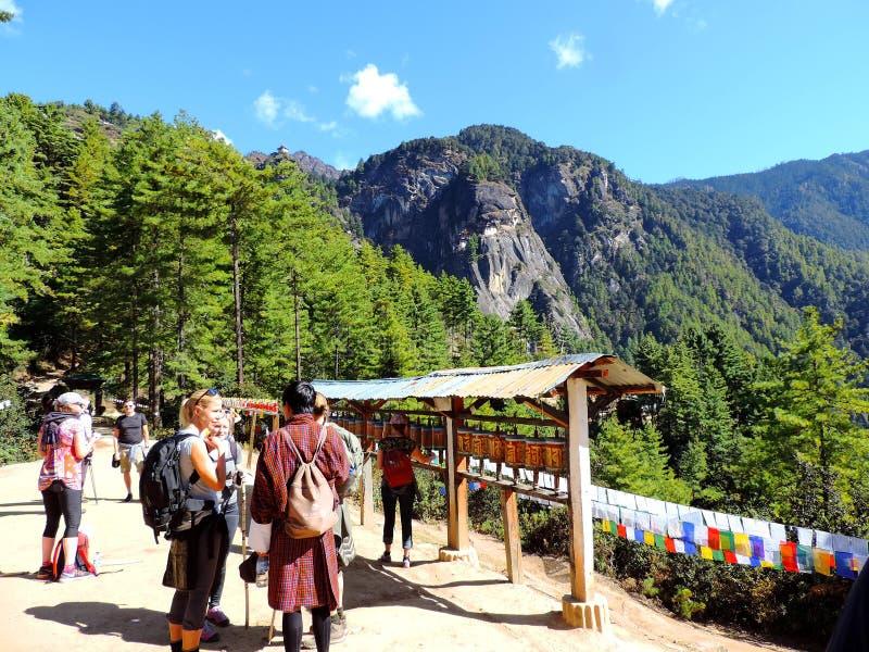 步行往不丹的Paro Taktsang的旅行家 免版税库存图片