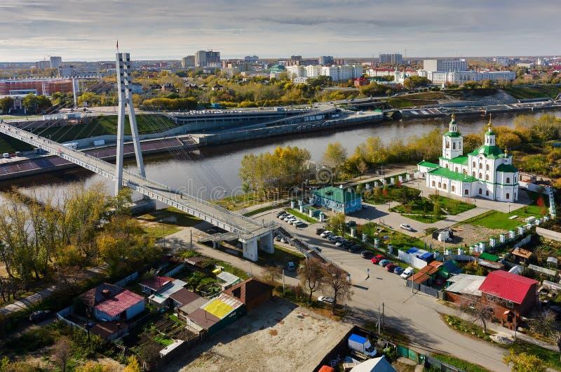 步行恋人桥梁和教会 秋明州 俄国 免版税库存照片