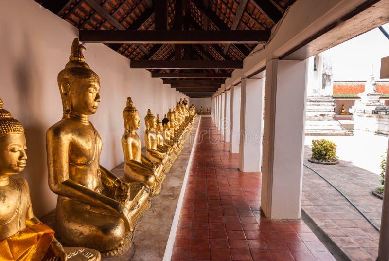 步行方式在Wat Phra Borommathat Chaiya Worawihan 免版税库存照片