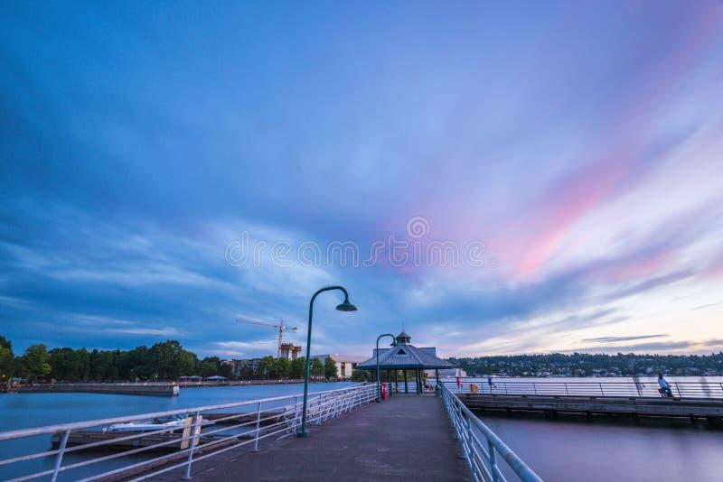 步行方式场面在湖的,当日落在基因Coulon纪念海滩公园,伦顿,华盛顿,美国 图库摄影