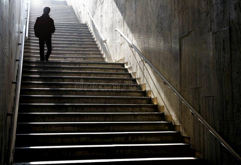 步行沿着向下台阶的剪影 免版税库存照片