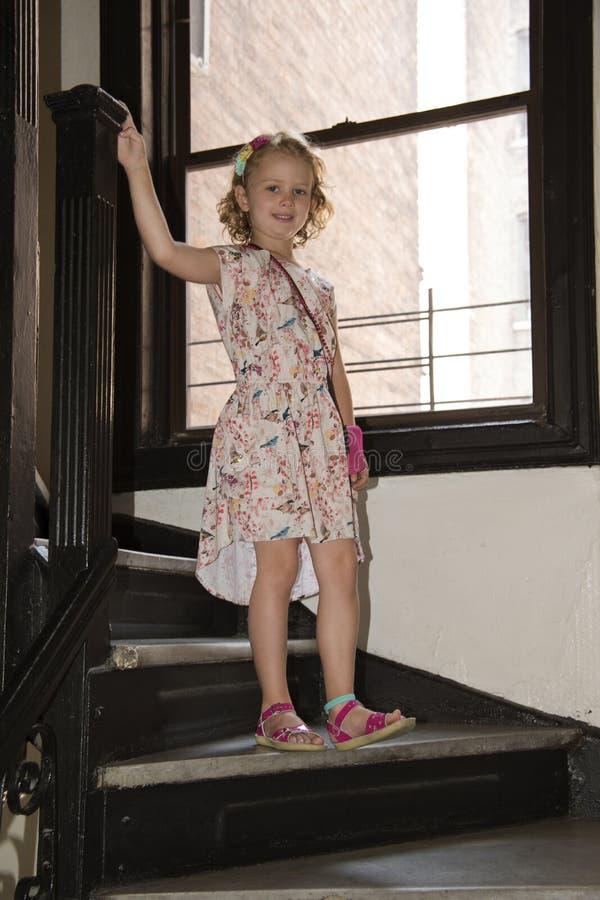 步行沿着向下台阶的女孩拿着路轨 库存图片