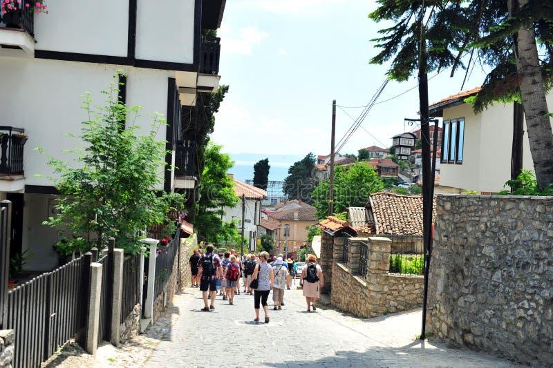 步行沿着向下奥赫里德,马其顿街道的游人  免版税库存照片
