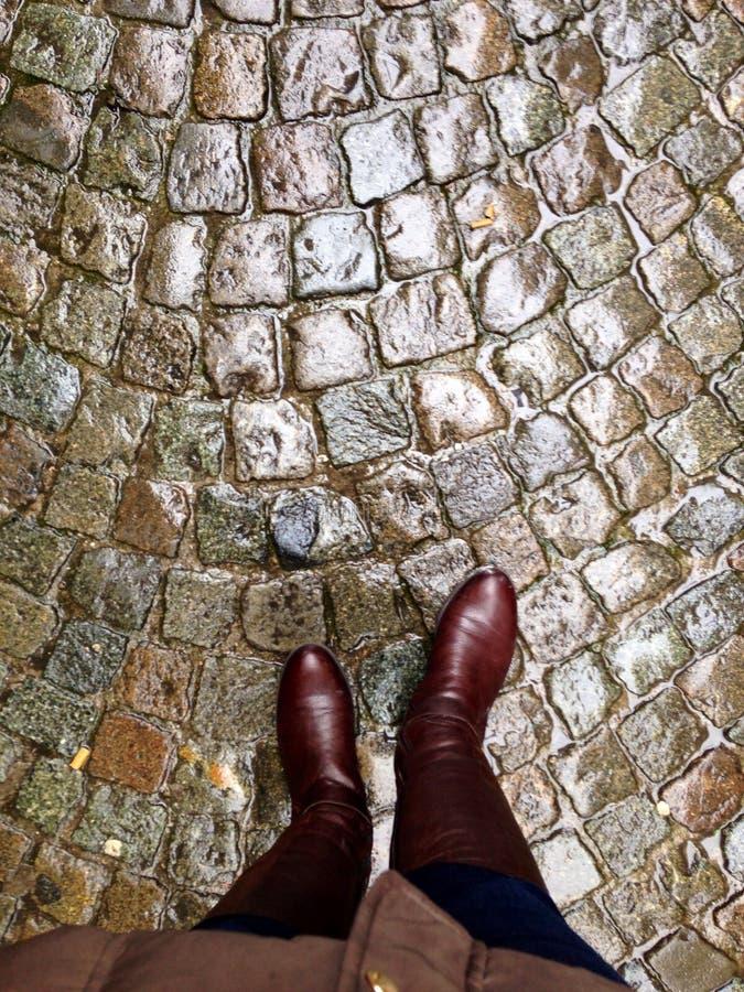 步行沿着向下布鲁基鹅卵石街道,比利时 免版税库存图片