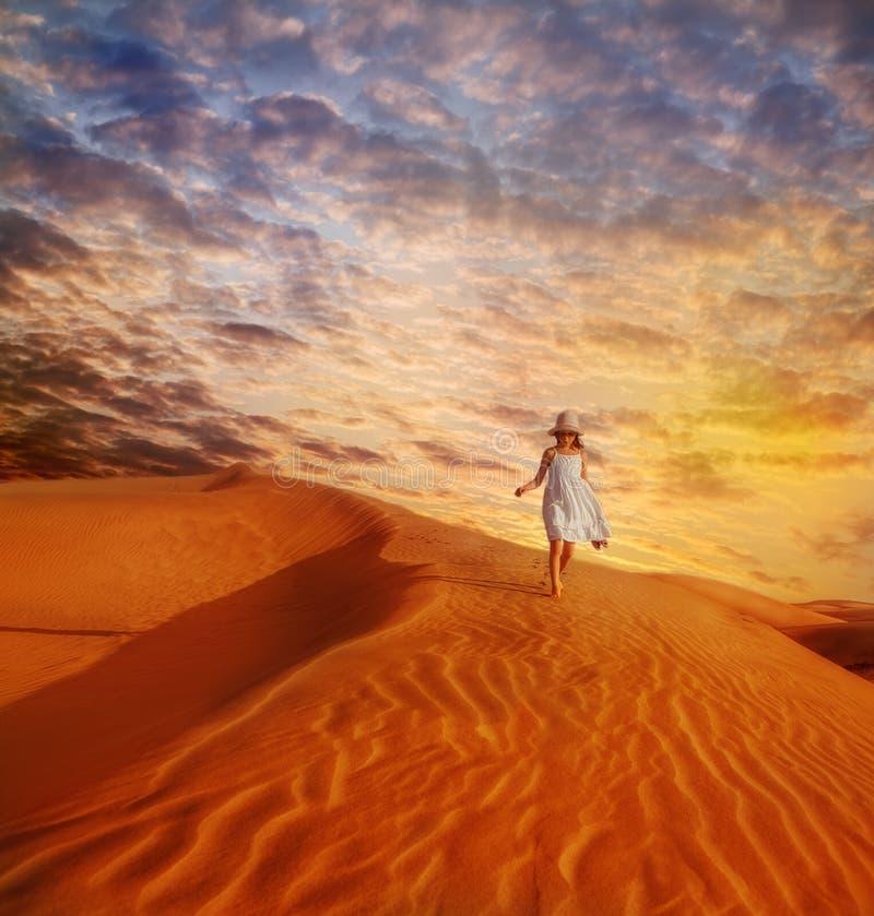 步行沿着向下沙丘的小女孩 免版税库存照片