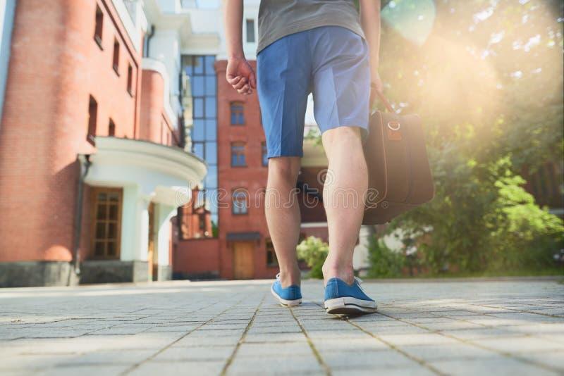 步行沿着向下街道的人 免版税库存图片