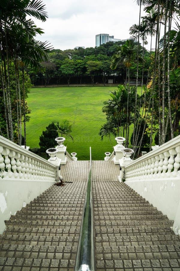 步行沿着向下豪华楼梯 库存照片