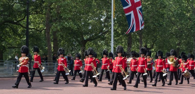 步行沿着向下购物中心的前进的军乐队在伦敦,英国 在进军期间被拍的照片颜色仪式 免版税库存图片