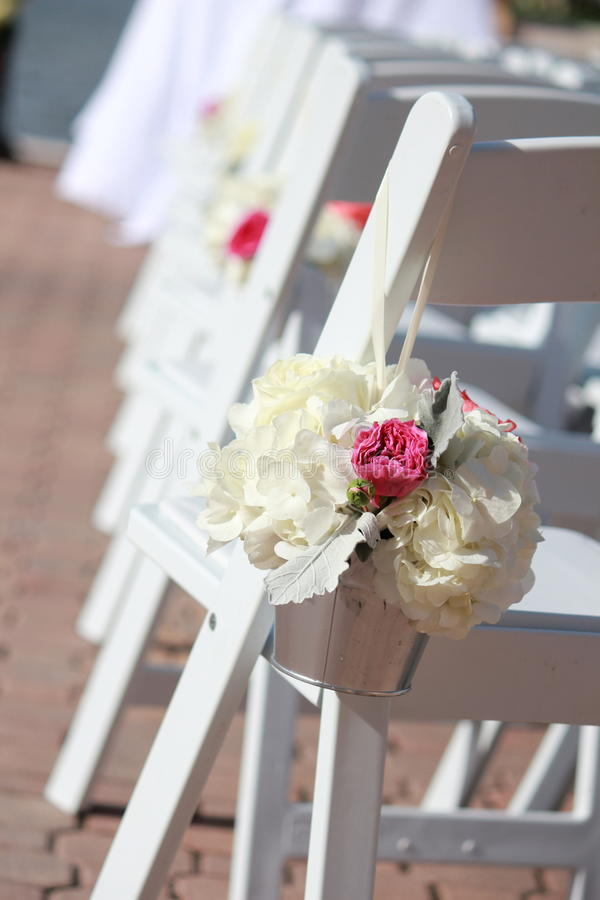 步行沿着向下走道的新娘婚礼 免版税库存照片