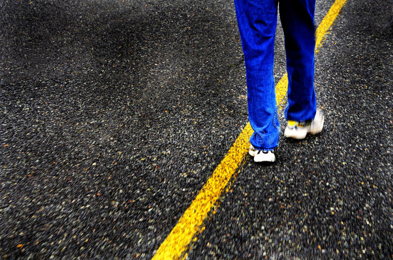 步行沿着向下路 免版税图库摄影