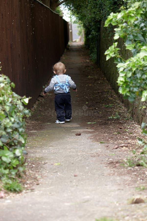 步行沿着向下运输路线的男婴 免版税库存图片
