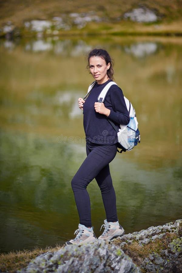 步行由山的湖的背包徒步旅行者夫人 库存照片