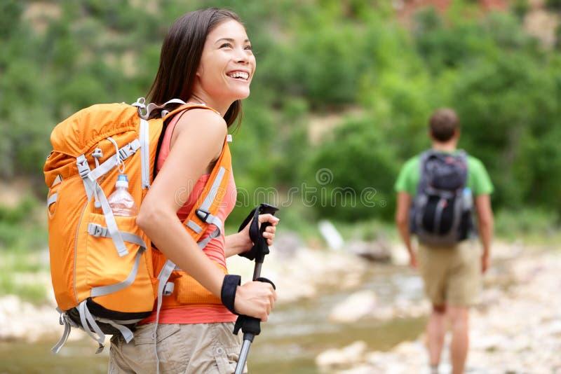 步行的人们-走在锡安公园的妇女远足者 免版税库存照片