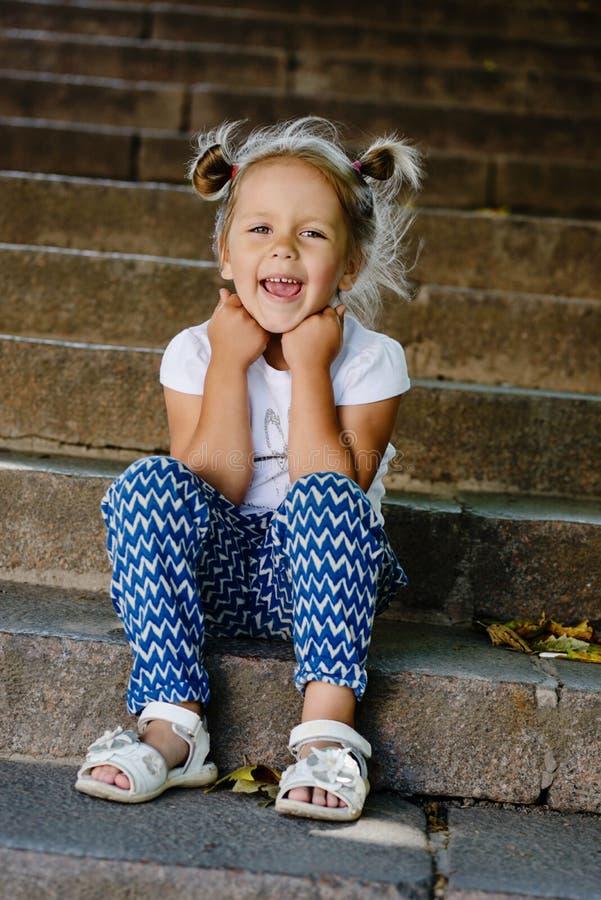 步行的时尚小女孩 免版税图库摄影