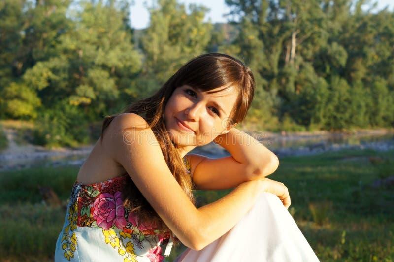 步行的逗人喜爱的小女孩在公园 免版税图库摄影