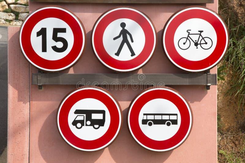 步行者、速度自行车、有蓬卡车、公共汽车和教练禁止Traff 免版税库存照片