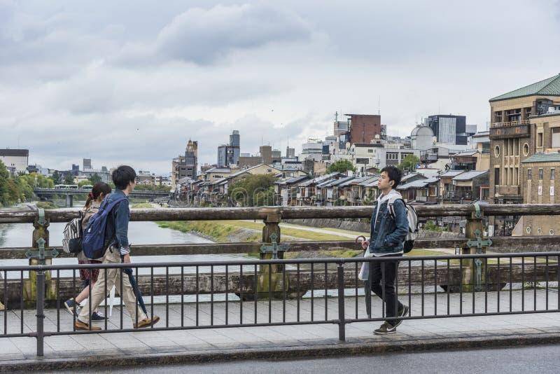 步行者三条dori桥梁京都日本 免版税库存照片