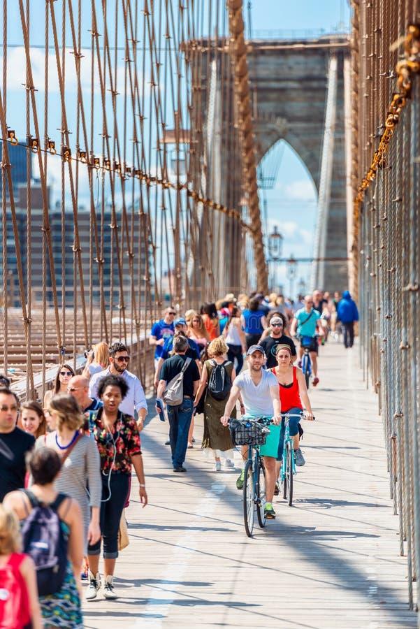 步行者和骑自行车者布鲁克林大桥的纽约美国 库存图片