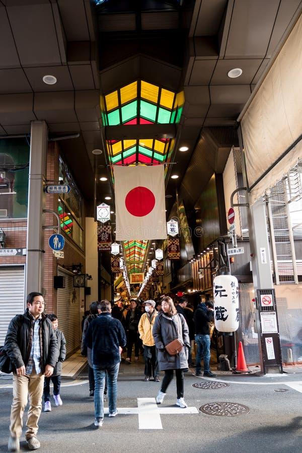 步行者在京都的食物市场上 库存照片