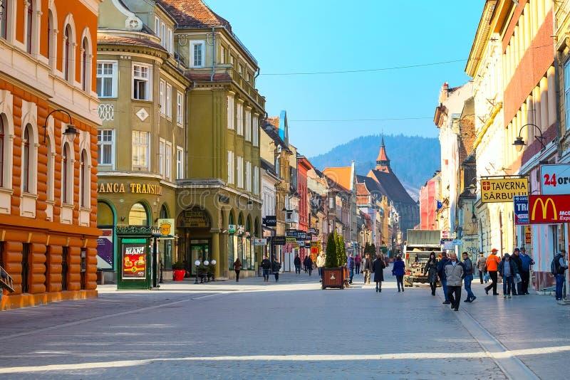 步行者在布拉索夫,罗马尼亚街市的Republicii街  库存照片