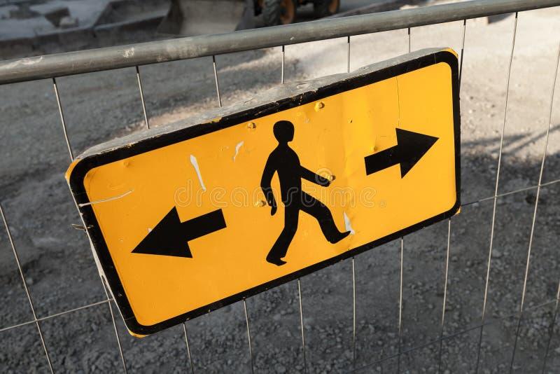 步行者旁路方向 黄色路标 免版税图库摄影